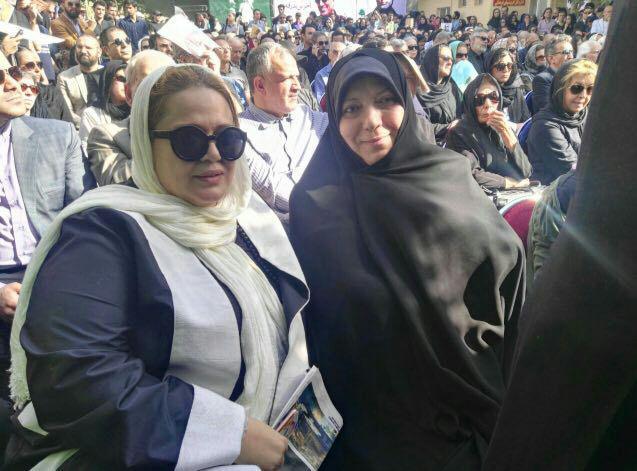 ٰپروانه مافی نماینده تهران در کنار بهاره رهنما در مراسم تشییع کیارستمی