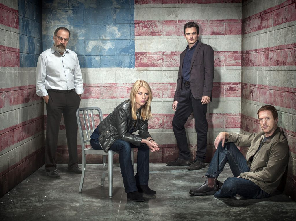 """Mandy Patinkin as Saul Berenson, Claire Danes as Carrie Mathison, Rupert Friend as Peter Quinn and Damian Lewis as NIcholas """"Nick"""" Brody in Homeland (Season 3, Gallery). - Photo: Frank Ockenfels 3/SHOWTIME - Photo ID: HOMELAND_S3_FlagRoomGroup.R"""